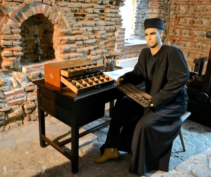 Subsol (zidurile vechi ) călugăr alege literele pentru tipar -hoinariromani